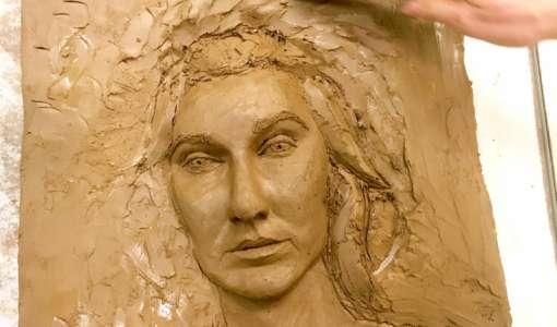 Selbstportrait als Relief modellieren